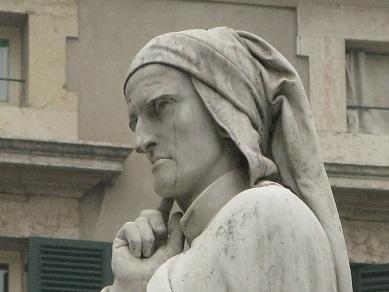 ヴェローナのシニョーリ広場にある、ダンテ像
