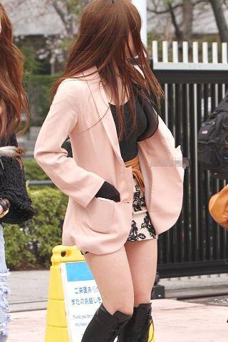 (ミニスカ街撮り)ちょっと動いただけでもパ●チラしそうな短すぎるスカート履いてるシロウト女子...