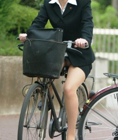【エロ画像】ずり上がるタイトスカートから露わになる太ももがやべー☆自転車通勤するお姉さんさんのパ○チラ画像(画像15枚)