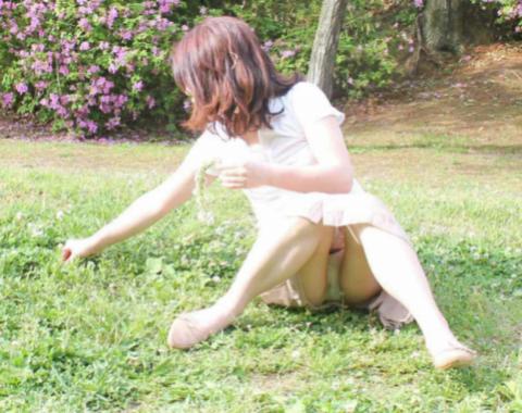 【エロ画像】リラックスした股のパ○チラってエ□すぎwwwwwwwww