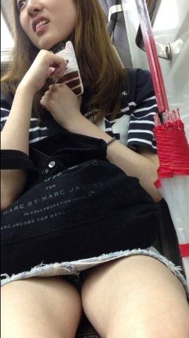 アダルト画像3次元 - 列車のボックスシートのパ○チラってチンコとの距離近すぎだろ!!!!!!!!!!!!!!!!!!!!!!!!