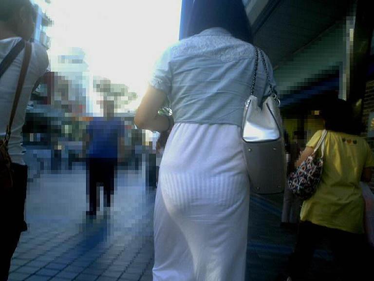 恥ずかしげなく歩いてるシロウトさんの透け透けパンツ丸見え写真(15枚)
