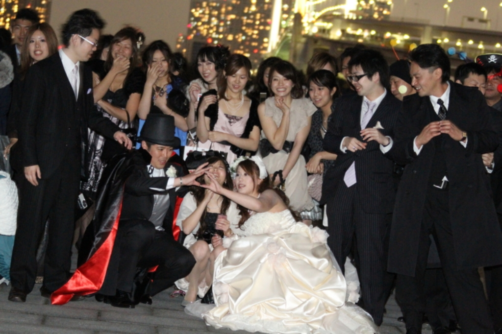 慣れないパーティドレスですぐにパンツ丸見えしちゃうシロウトえろ写真