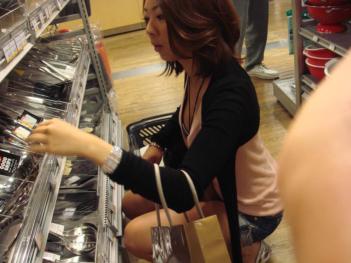 買い物に夢中なシロウトさん達のお乳を隠し撮りしたえろ写真