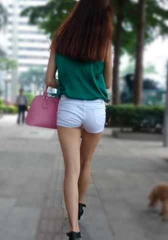 街中で見つけた綺麗な脚の女性を隠し撮り