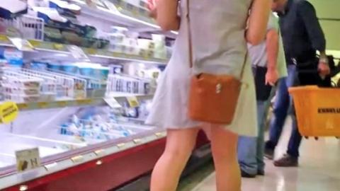 スーパーでワンピースから下着が透け出したGALを発見
