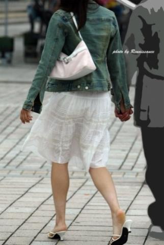 白のヒラヒラなスカートからパンツが透け出している女性達☆