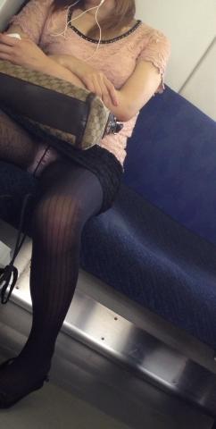 【エロ画像】電車でお疲れ中の素人さん達のパンチラ・太ももを撮影したエロ画像