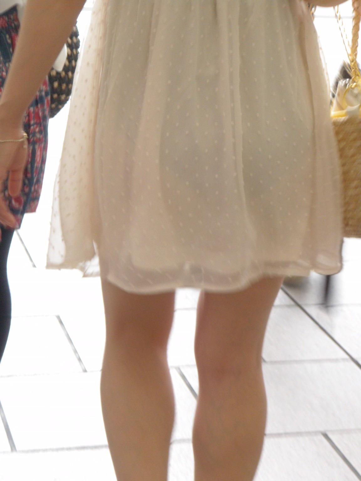 履かなくてもいいんじゃないってくらい透け透けなパンツ丸見え写真