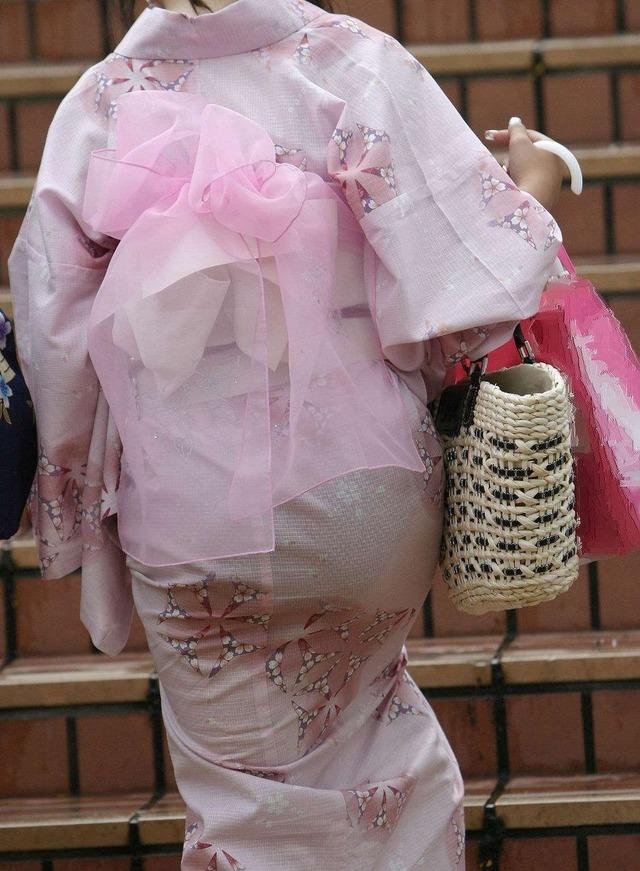 そろそろシーズンになる浴衣シロウトの透け透けパンツ丸見え写真