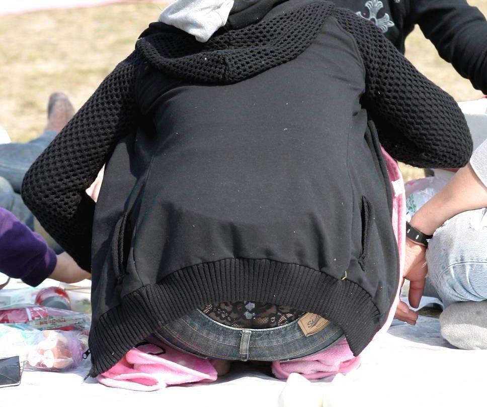 自分がどんなパンツを履いてるかお披露目してくれてるシロウトのパンツ丸見え写真