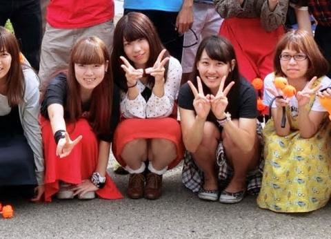 (集合写真パ●チラ)前列の女子のパンツがチラチラと見えてるのがコチラww(ズ~ムありあり)