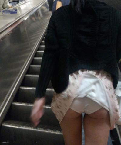【エロ画像】強風が味方して目の前のスカートをめくってくれたパンチラ画像