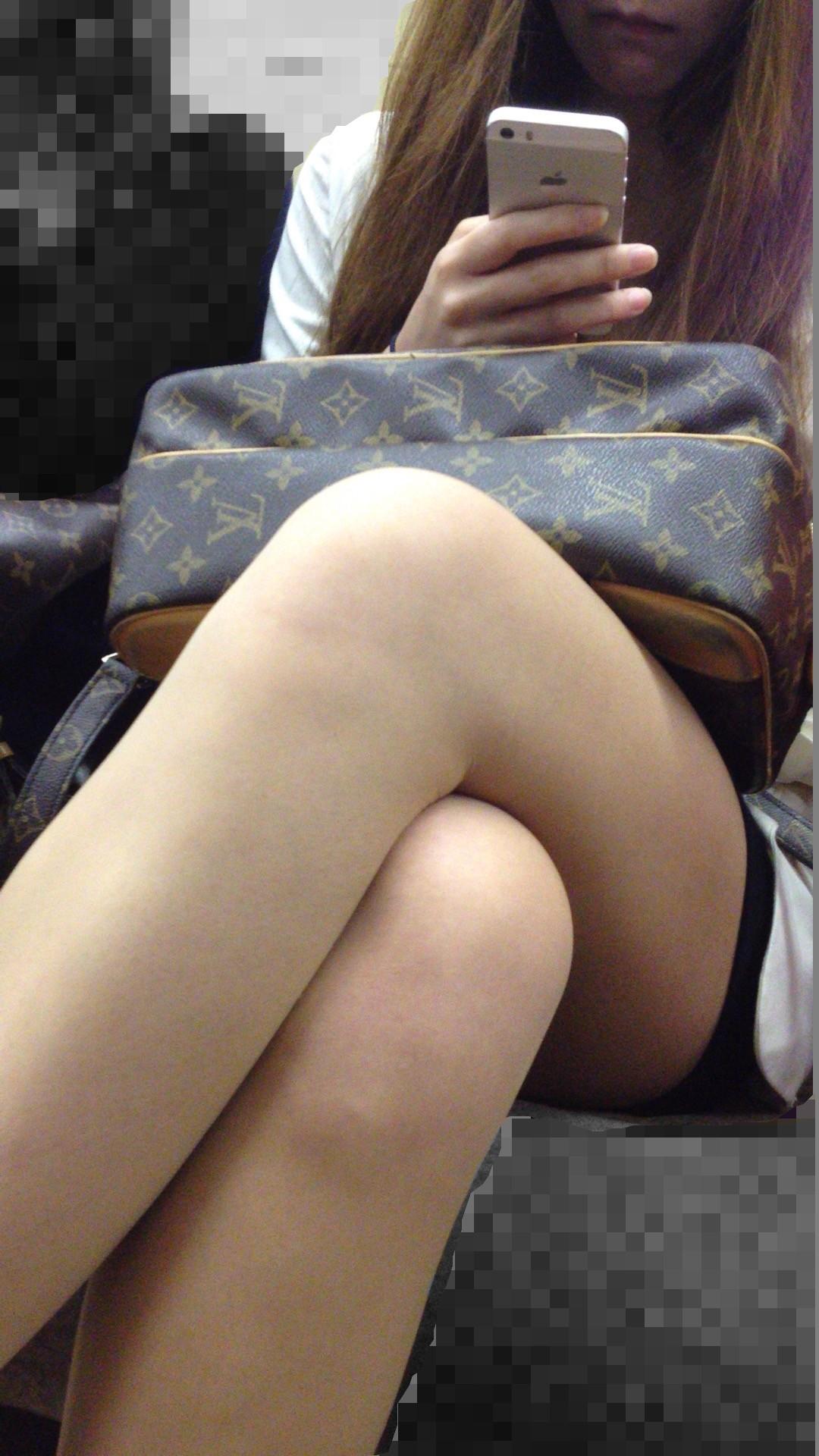 列車内で見るシロウトのぽちゃ足組み写真がえろい