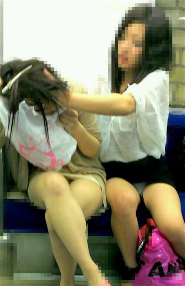 アダルト画像3次元 - 正面に座った女子のおぱんちゅがチラチラしていておっきしそうなんだが