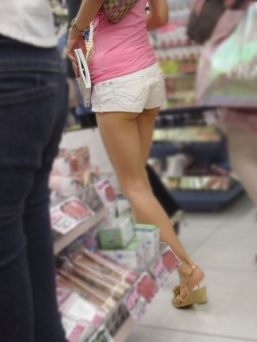 尻肉を見せつけて街にいるエ□い女を隠し撮りしたエ□画像