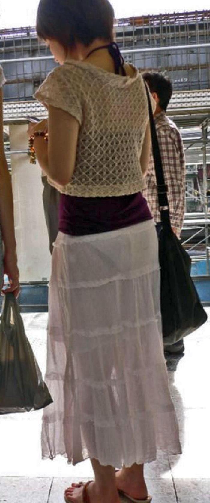 パン線・パンツが透けちゃってるから追跡して収録したえろ写真