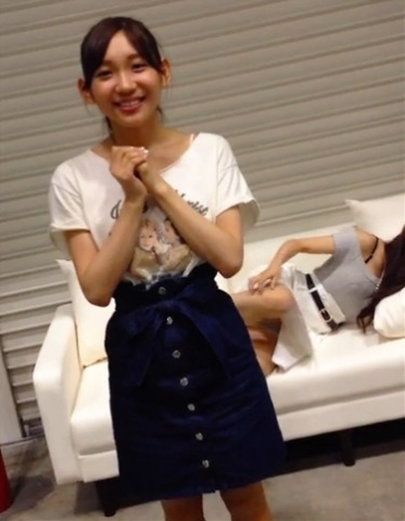 【エロ画像】小嶋菜月[AKB48]~透けブラとスカート姿で脚を広げ凄いパンチラ☆美巨乳ミズ着画像とどうぞ☆