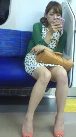 【エロ画像】(秘密撮影☆?)列車内で隠し撮りされたっぽい画像。