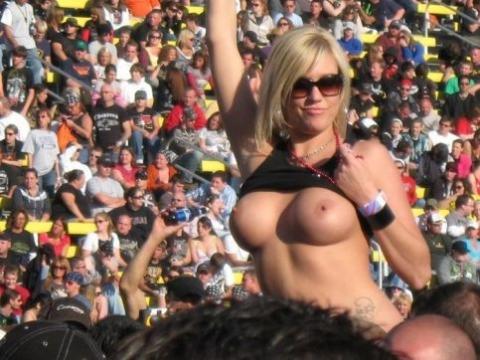 アダルト画像3次元 - 《画像あり》外国の熱狂的な女サポーターは、なぜ叫びながら乳を出すのか!