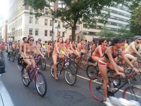 こんなお○ぱいのモデルが裸で街歩いてるとか超最高だろ…(ムービー)