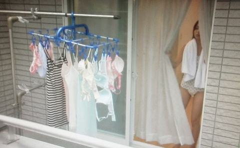 【エロ画像】【ベランダ エ●画像】窓越しに盗撮された自宅素人さんまとめwww