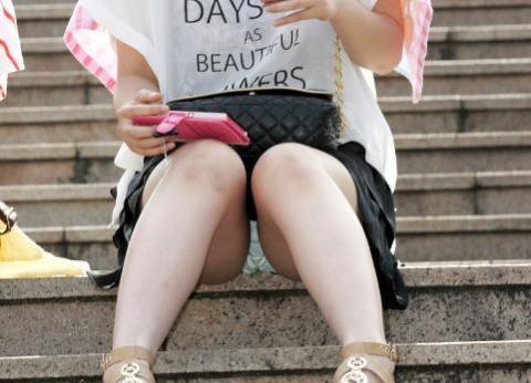 【エロ画像】階段で座りパ○チラしている段差腰掛けエ□画像