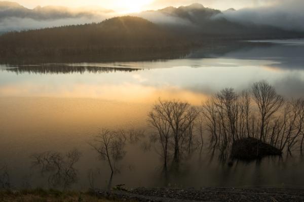 早朝のシューパロ湖日の出映り込み-5964