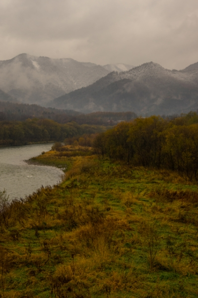 川辺から雪山