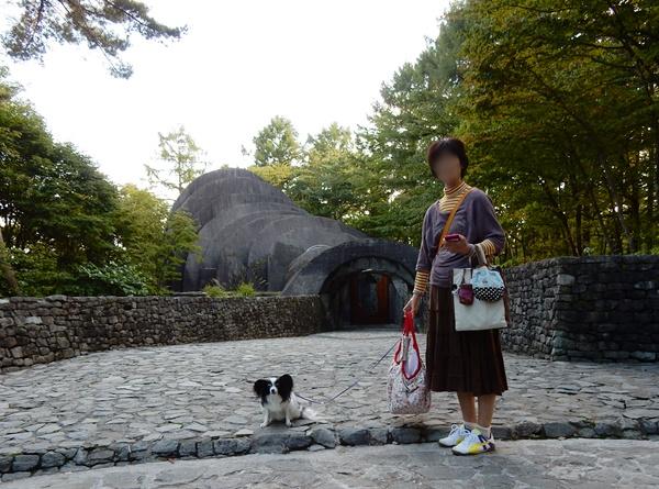 石の教会前でルビーと記念撮影