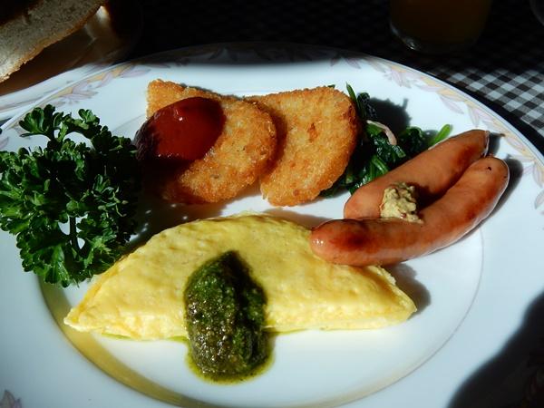 朝食 オムレツ ハッシュドポテト ウインナー