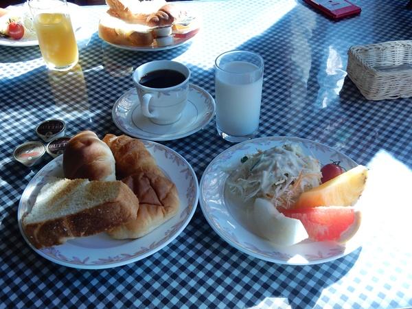 朝食 パンとサラダ ドリンク