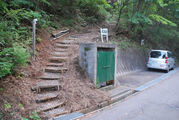 駐車スペースとコテージに続く階段