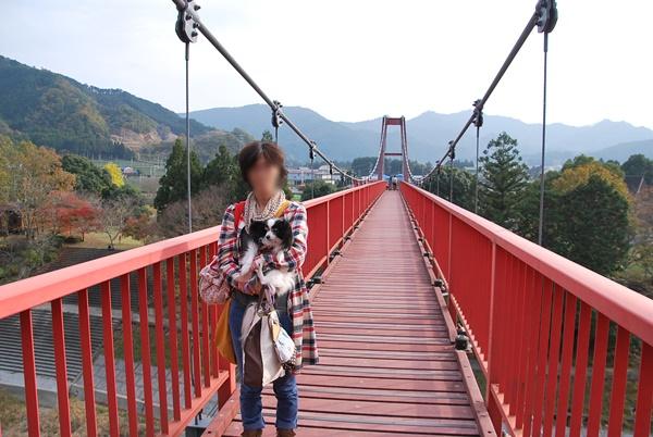 吊り橋で記念撮影