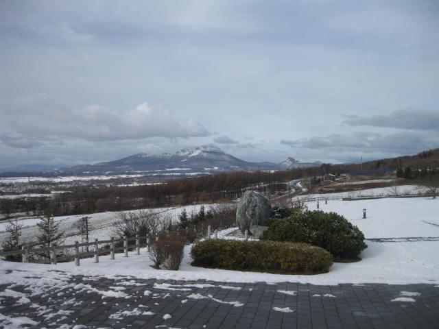 雪の有珠山と昭和新山