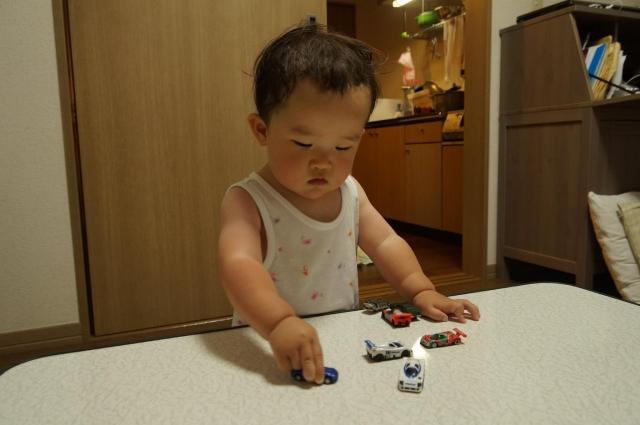 マツダのミニカーで遊ぶ娘
