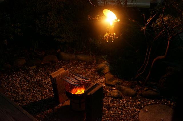 カーバイドを焚いて秋刀魚を焼く
