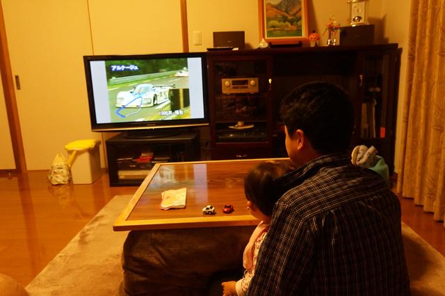 ルマンのビデオを見る父と娘
