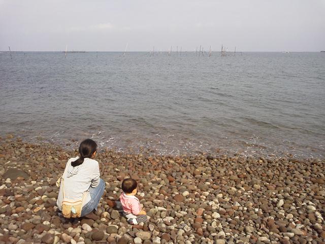 海を見る親子