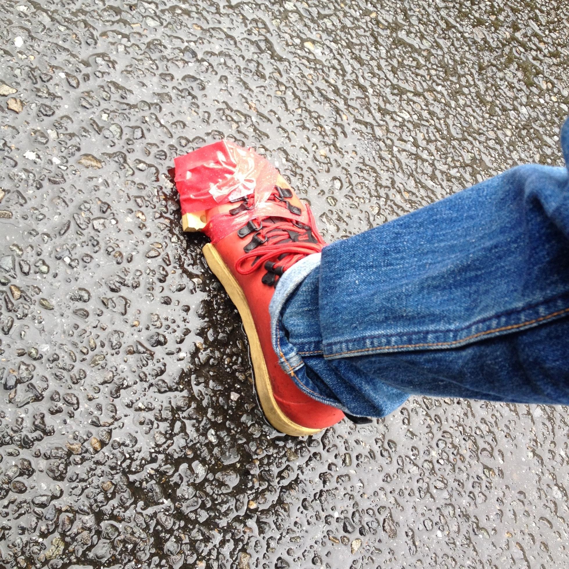 爪先底の剥がれた靴、応急修理崩壊中