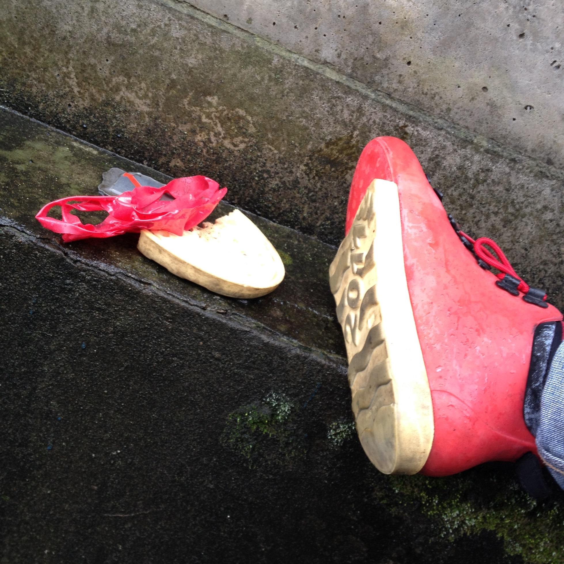 爪先底の剥がれた靴、応急修理崩壊完了