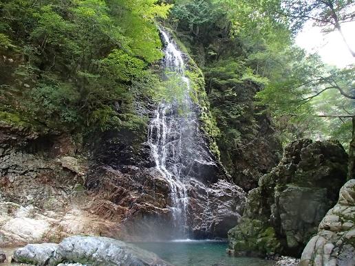 支流の美しい15m滝