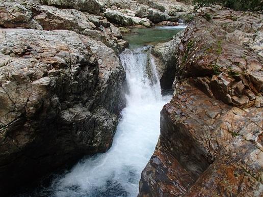 淵の出口の滝