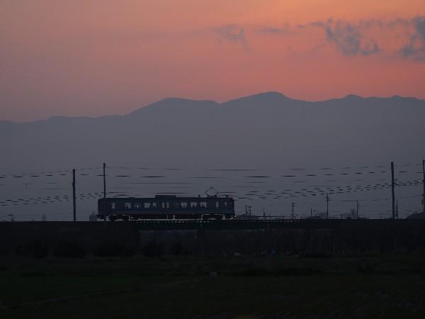 夕暮れ 中山川鉄橋付近 ワンマン電車