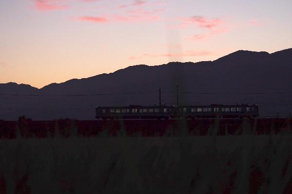 夕焼け雲 秋空 ローカル線を走る電車
