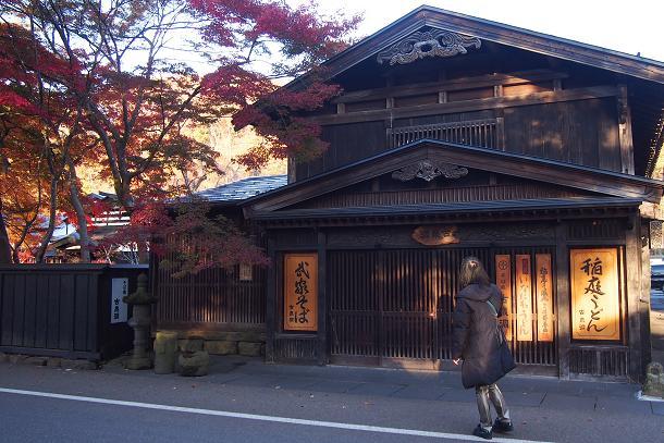 角館武家屋敷通り 黒い板塀の町並みに映える美しい紅葉