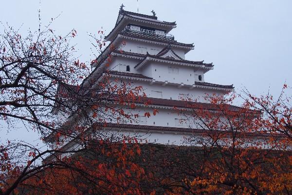 難攻不落の名城とうたわれた鶴ヶ城は、戊辰の戦役で新政府軍の猛攻の前に籠城一ヵ月、城は落ちなかった