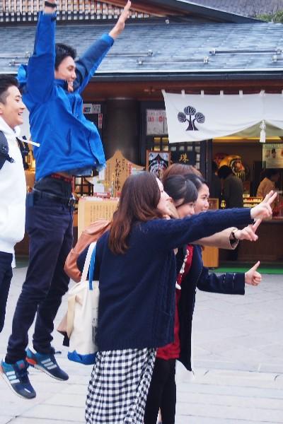 善光寺参道にて 若者のグループ