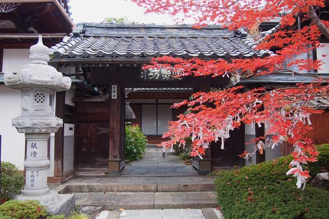 善光寺は本堂は仏堂の前面に長大な礼堂を配した撞木造と呼ばれる独特の構造を持ち