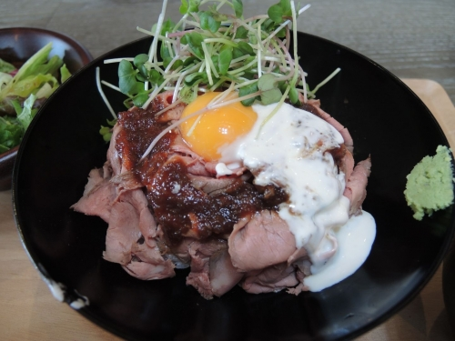 山盛りローストビーフ丼1
